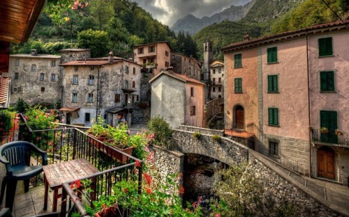 1680x1050-Italian-Mountain-Village